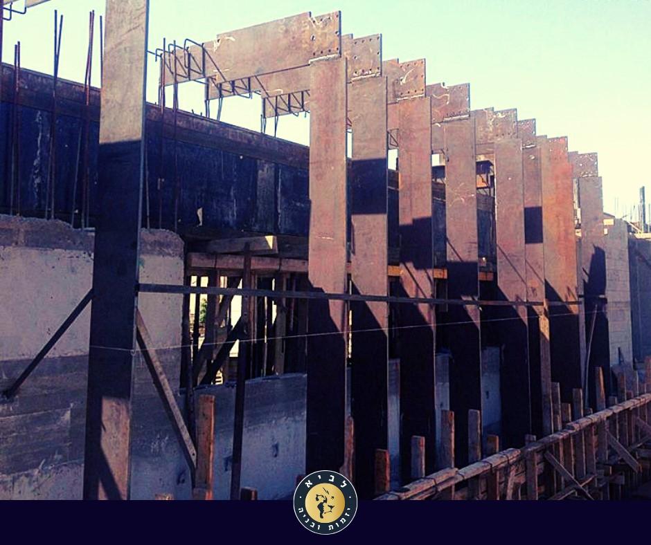 קונסטרוקציית הברזל בתהליך הבניה, ממוקמת בתוך שלד הבטון